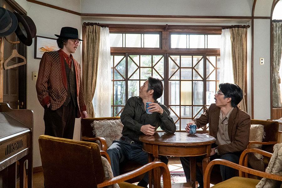 裕一(窪田正孝)が鉄男(中村蒼)と話しているところに現れた木枯(野田洋次郎)(C)NHK