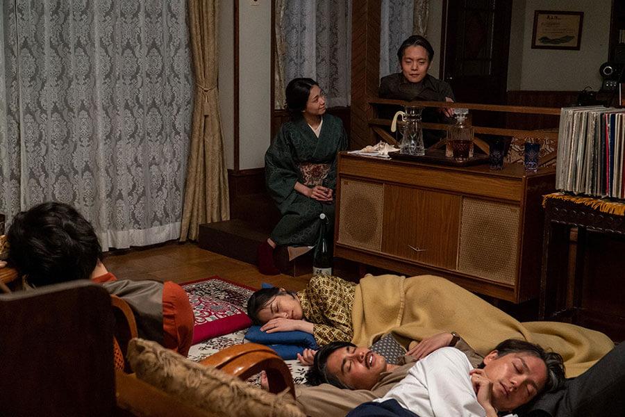 飲みつぶれた仲間らの寝顔を見てある思いに駆られた裕一(窪田正孝)の話を聞く音(二階堂ふみ)(C)NHK