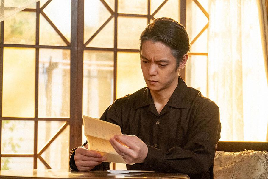 故・小山田耕三からの手紙を受け取る裕一(窪田正孝)(C)NHK