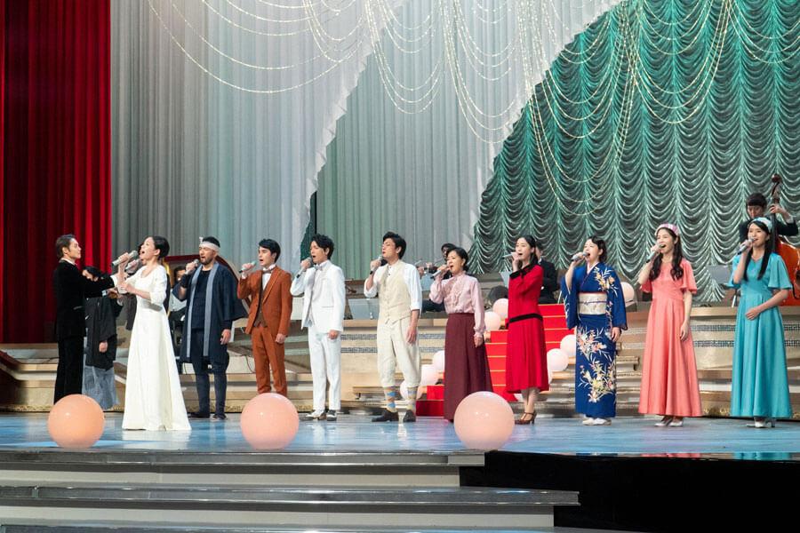 コンサートのステージで歌うキャストら (C)NHK