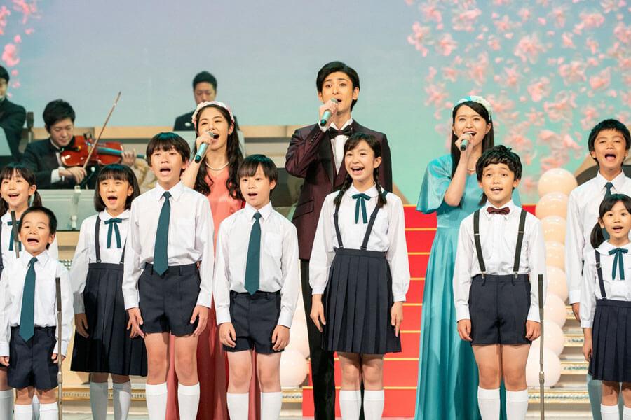 子役らと歌う井上希美、古川雄大、小南満佑子 (C)NHK