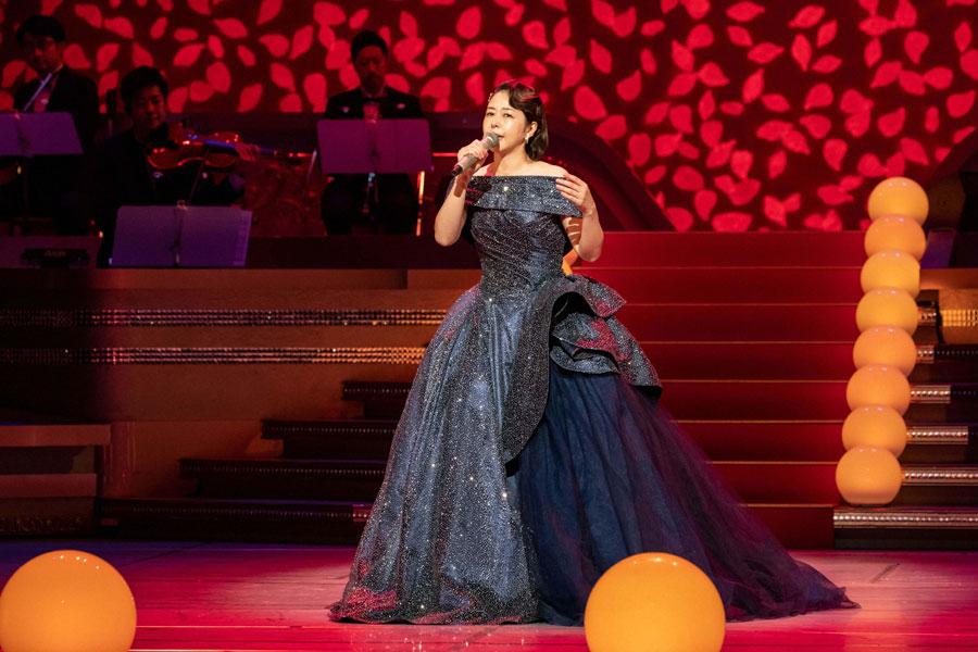 ドラマの印象とは違ってドレスで歌う藤堂昌子役の堀内敬子 (C)NHK