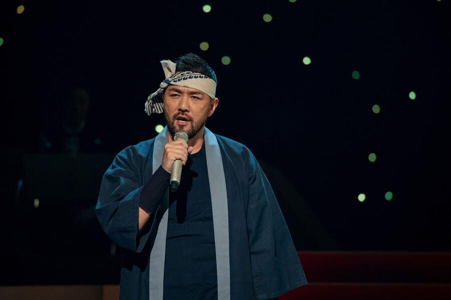 岩城役の衣裳で歌う吉原光夫 (C)NHK