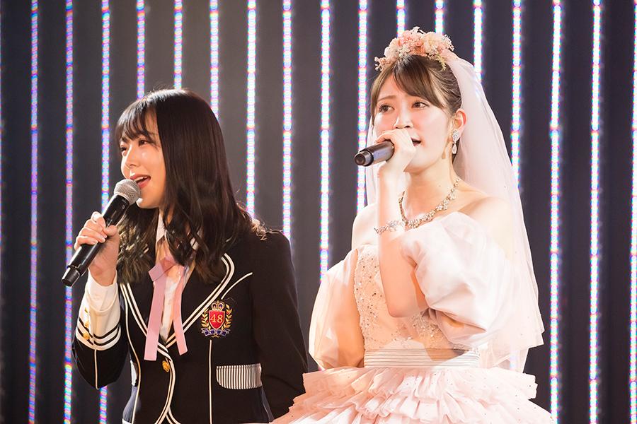 同期・白間美瑠(左)と『卒業旅行』を歌う吉田朱里(写真は卒業コンサートの模様)© NMB48