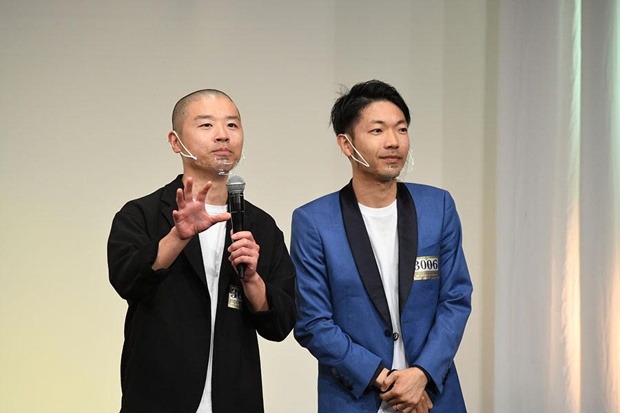 会見に登場したアキナ (左:山名文和 右:秋山賢太)(C)M-1グランプリ事務局