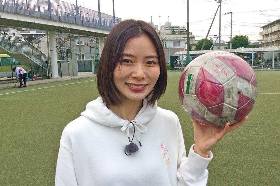 高校女子サッカーの取材に挑む朝日奈央(写真提供:MBS)