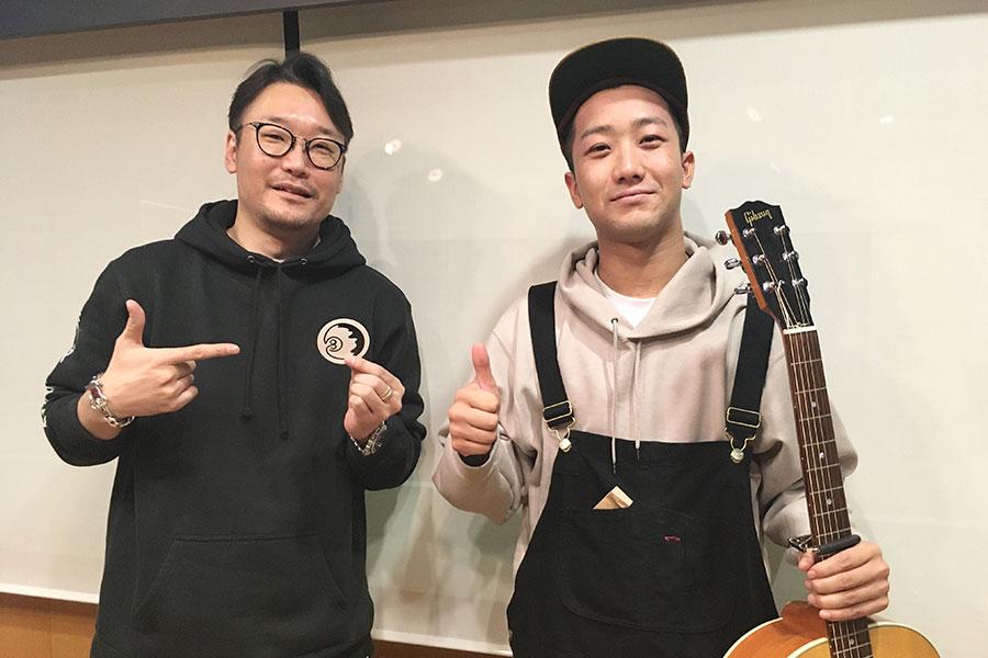 FM大阪『Music Bit』にゲスト出演した瑛人(右)とDJの遠藤淳(15日・大阪市内)