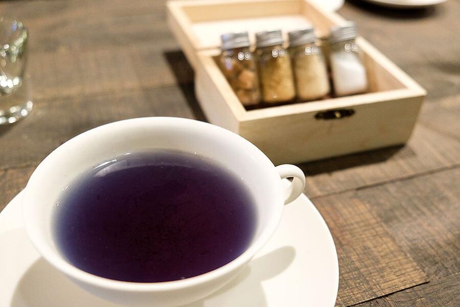 杉江さんがデザートやパフェとともに提供する、滋賀県野洲市で琵琶湖の食材を扱う「BIWAKO DAUGHTERS」の「びわ湖のお茶」。茶葉に配合されたバタフライピーが、琵琶湖の水色を表現