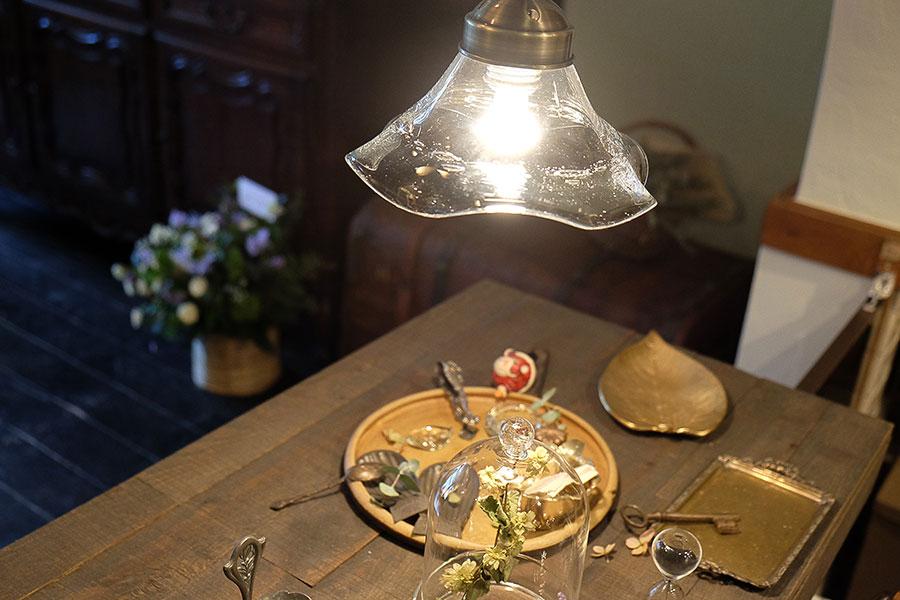 信楽の陶芸家の器を使ったり、琵琶湖の水草を使ったガラスのランプをディスプレイしたりするなど、店内には杉江さんの地元愛があふれる
