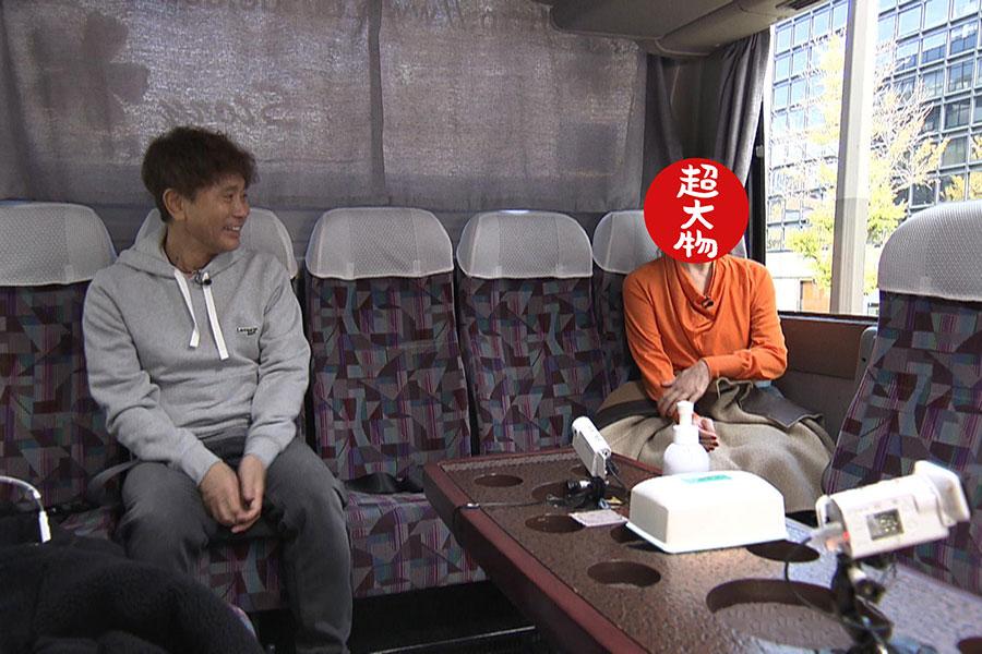 浜田と相方が共演したドラマの貴重な裏話が飛び出す移動中のバス(写真提供:MBS)