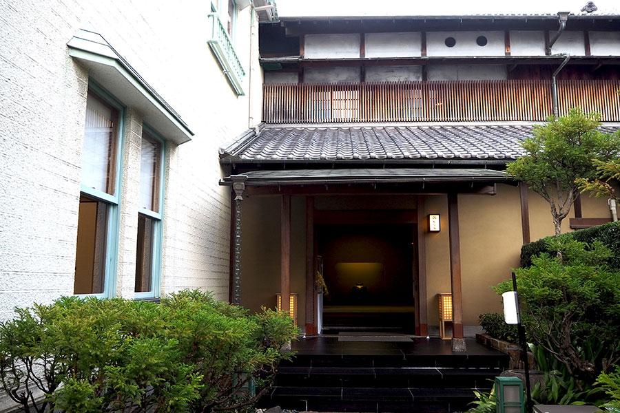 阪神淡路大戦災で被災し、1階内部と洋館部分は全面改装された