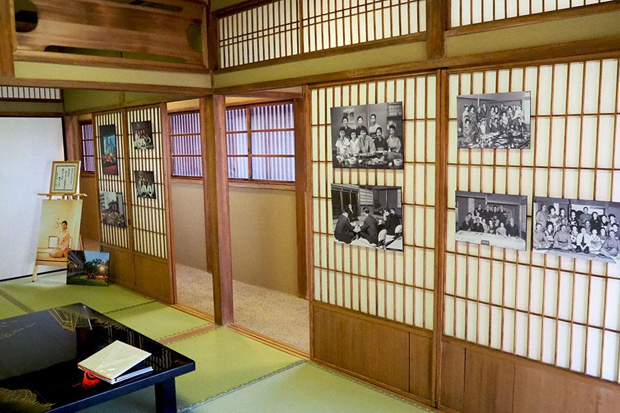 2階の展示室。「松廼家」の歴史を感じられる写真などを展示