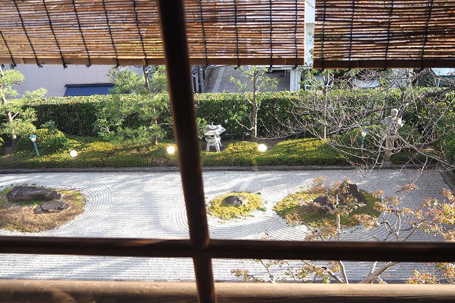 これまであまり利用されていなかったという、2階からは日本庭園が眺められる