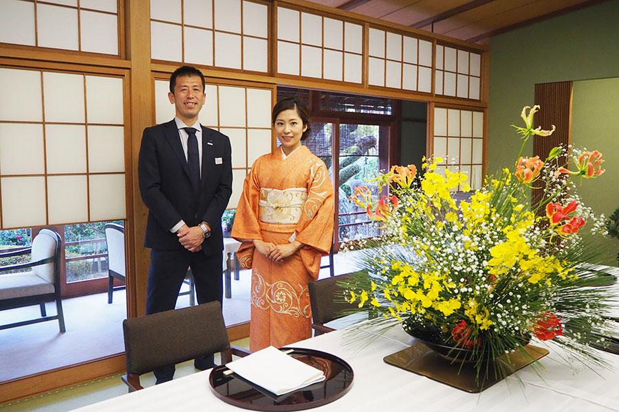 実証実験の連携を発表した、「西日本旅客鉄道」近畿統括本部の秋山秀則さん(左)と「松廼家」4代目女将の鵜殿麻里絵さん