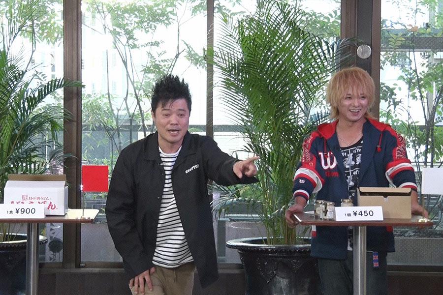 バッドボーイス・佐田正樹(左)、歌手の松岡充 (C)ytv