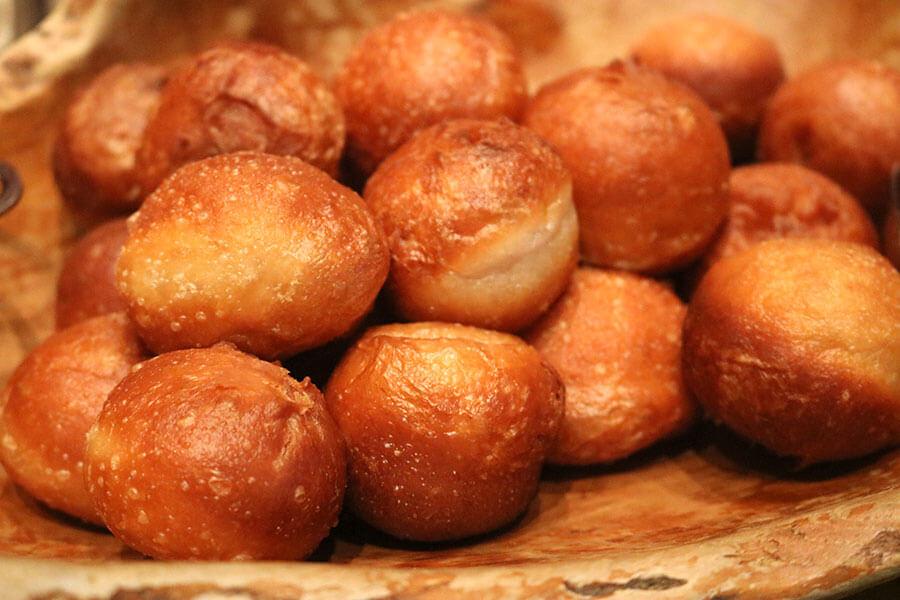 ポーランドの揚げパン「ポンチキ」には、ストロベリージャムを添えて