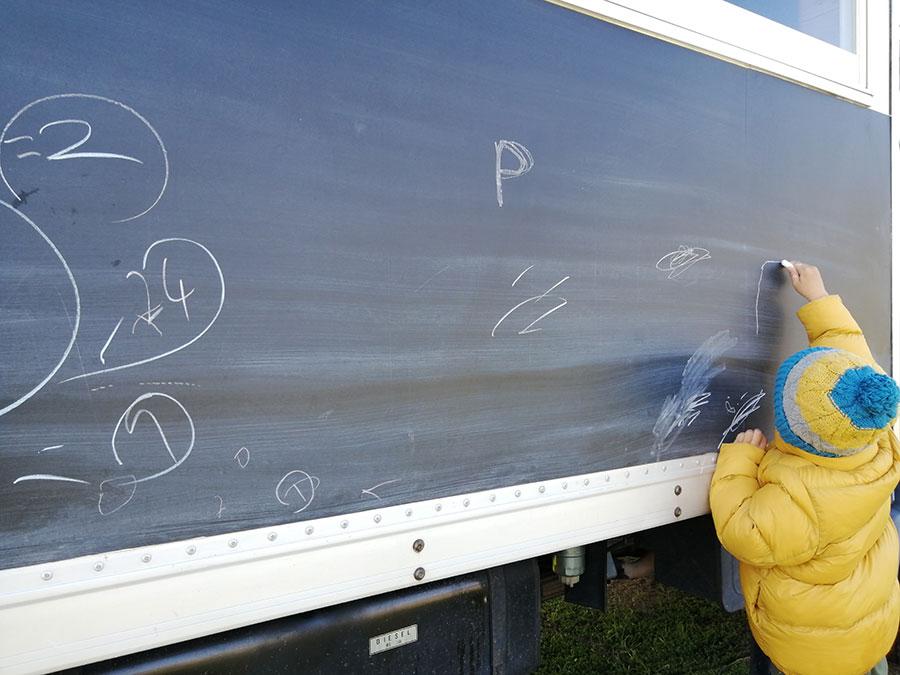 トラックの看板は自由に遊んでOK。ピザの焼き上がりを待つ子どもに大人気