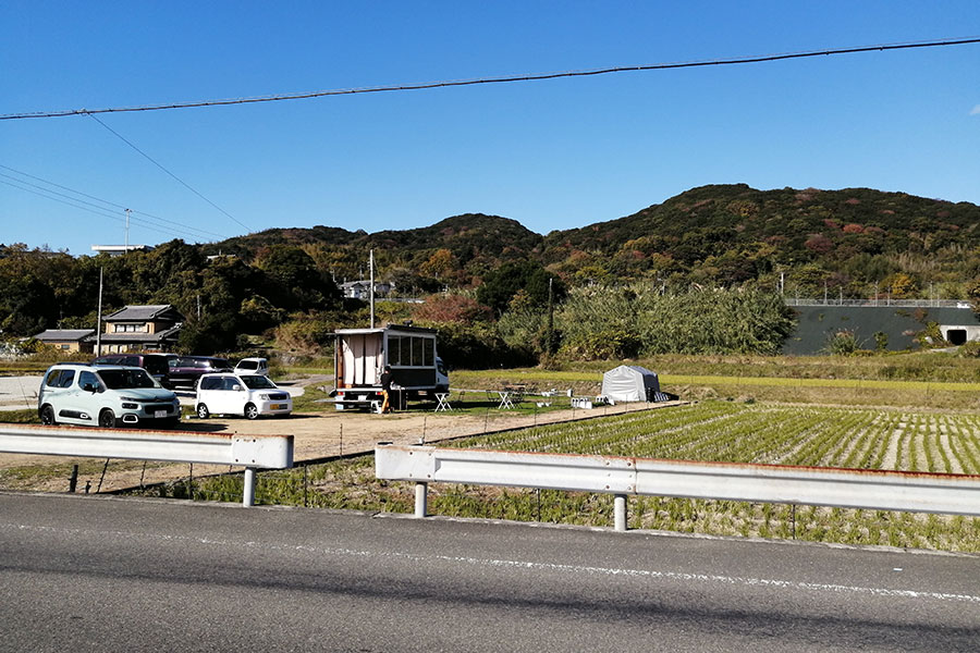 拠点は佐野。大洋物産を目指して下ると、田んぼに囲まれた「石原商店」が。車はこの敷地内に停めて注文を