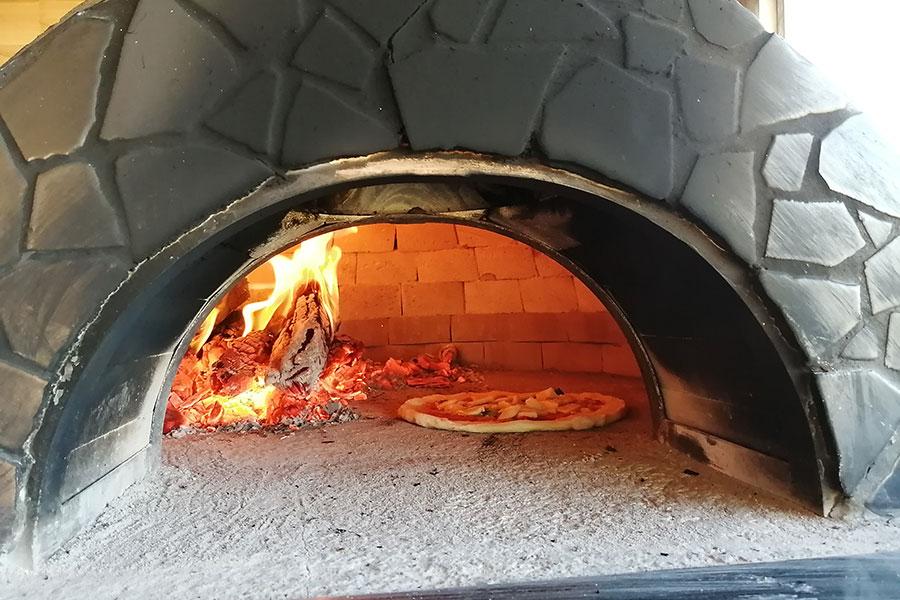 岐阜でつくってもらった窯。高熱で焼き上げるピザは格別だという