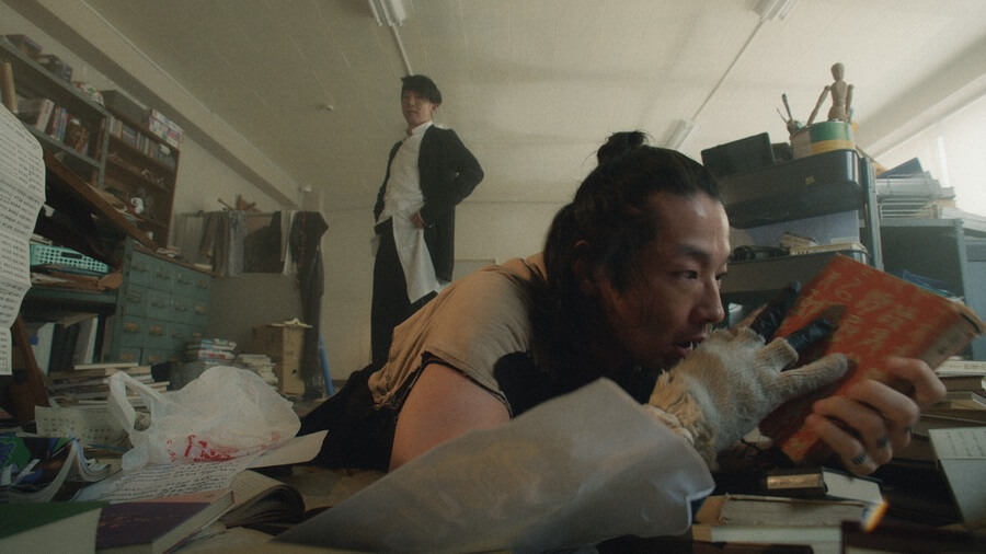 十五(森山未來)の様子を見に来た露伴(高橋一生) (C)NHK