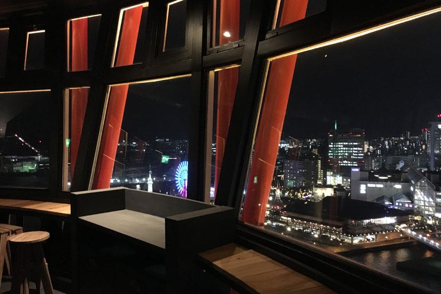 現在のポートタワー最上階には、回転する景色を眺めながら灘五郷の日本酒を味わえる「SAKE TARU LOUNGE」がオープン(2019年9月撮影)