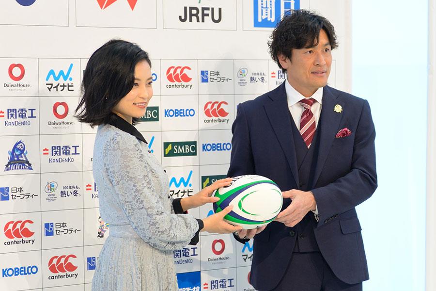 『全国高校ラグビー大会ハイライト』MCを務める小島瑠璃子(左)、大畑大介(12日・MBS)