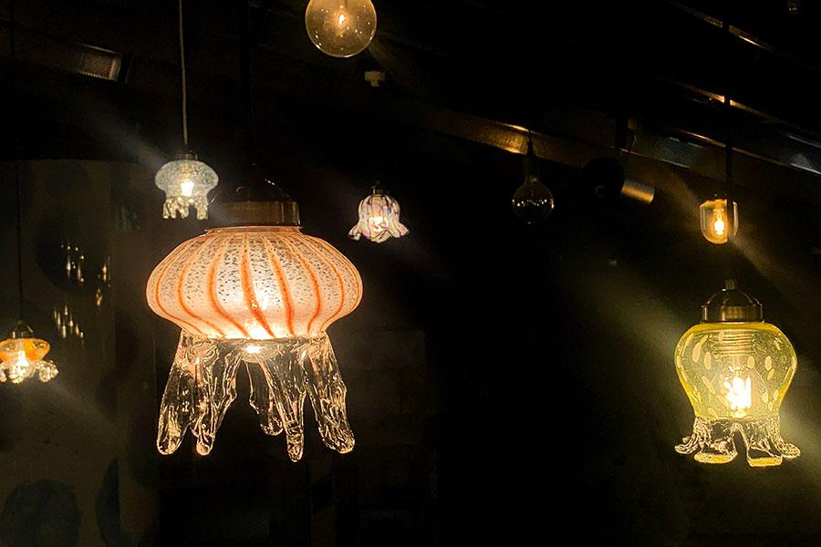 15種のクラゲをモチーフに、ガラスのランプシェードで空間演出