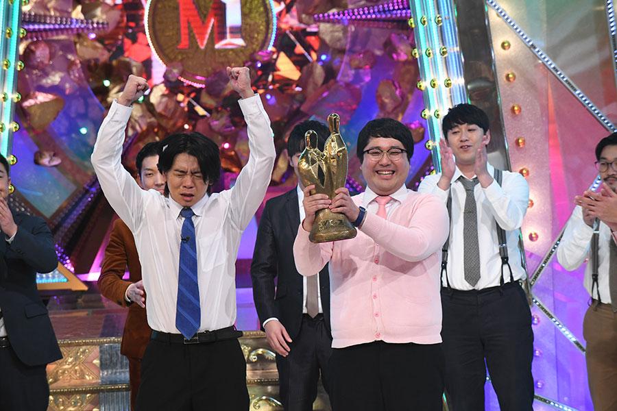 優勝が決まった瞬間のマヂカルラブリー(左から野田クリスタル、村上) (C)M-1グランプリ事務局