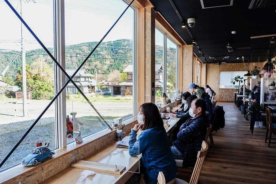 滋賀のメタセコイア並木、新登場の絶景カフェが人気に