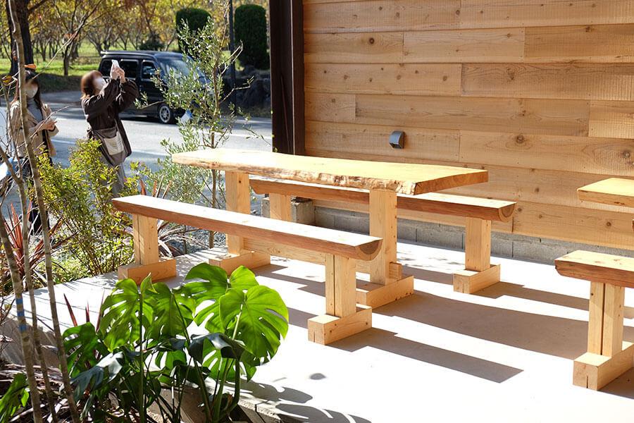 店舗の入り口にはペットと過ごせるテーブル席が2つ。前日までの席予約が可能