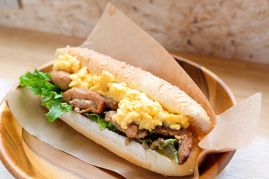 フードは地元産の野菜を積極的に使用。人気メニュー「高島名物とんちゃんサンド(味付けかしわ)」(480円)は甘辛い鶏肉とスクランブルエッグが好相性