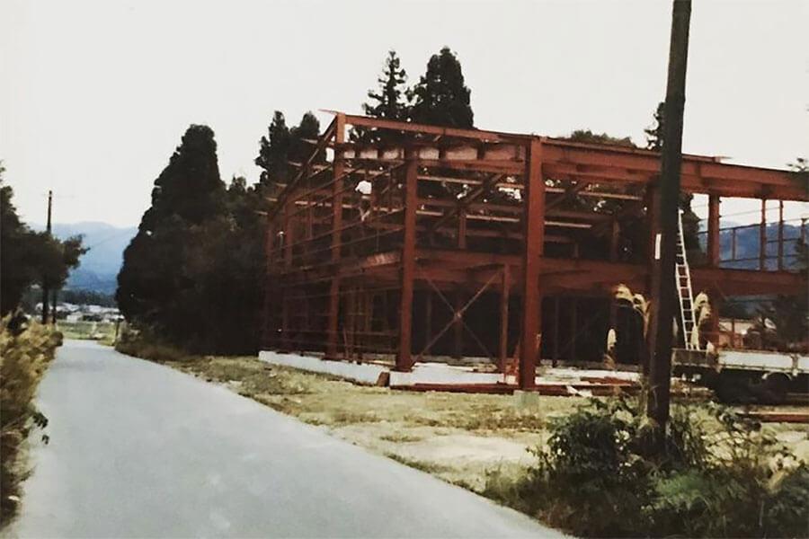 倉庫を建設中の昭和時代の写真。周囲にはまだ自然しかなかった(写真提供:青谷建築工房)