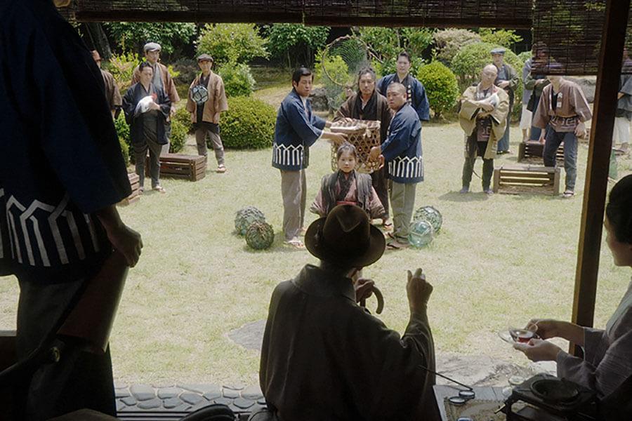 峰岸のお屋敷の庭で、品評会に流星丸を持ってきた竹井千代(毎田暖乃)と父・テルヲ(トータス松本)(C)NHK