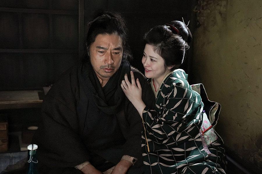 テルヲ(トータス松本)にある提案をする妻・栗子(宮澤エマ) (C)NHK