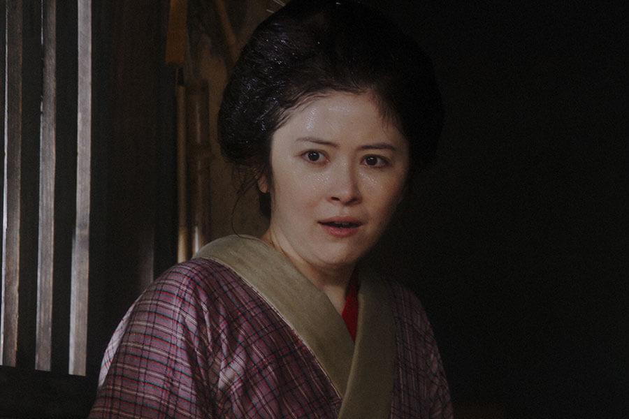 千代から水をかけられる栗子(宮澤エマ) (C)NHK