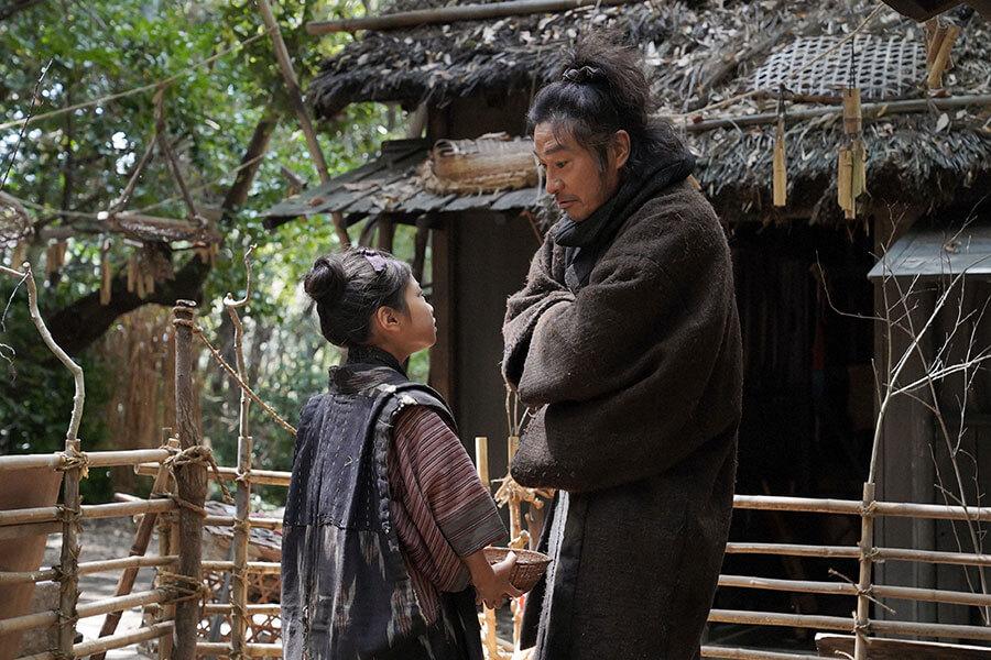 家の鶏小屋で娘・千代(毎田暖乃)を怒鳴りつける竹井テルヲ(トータス松本) (C)NHK