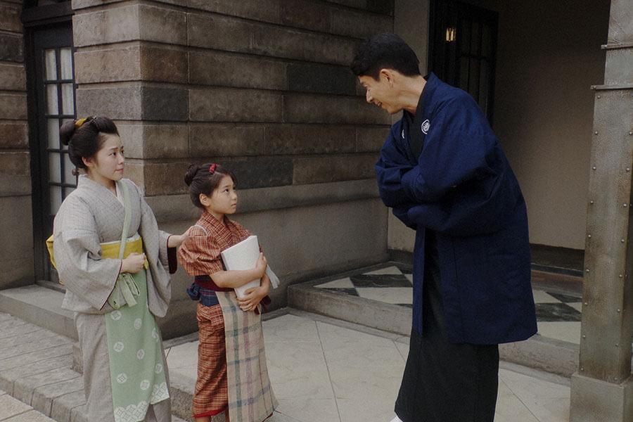 千代(毎田暖乃)に台本を渡す熊田(西川忠志)、玉(古谷ちさ) (C)NHK