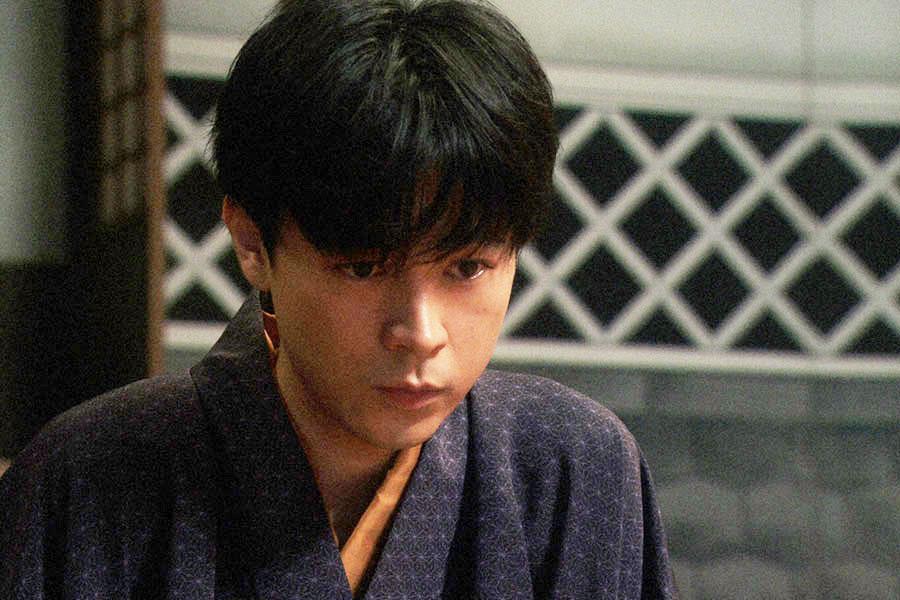 千代と話しをする天海一平(成田凌) (c)NHK