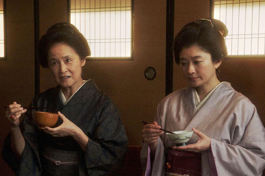 「岡安」の居間で千代にあることを言う岡田ハナ(宮田圭子)とシズ(篠原涼子) (c)NHK