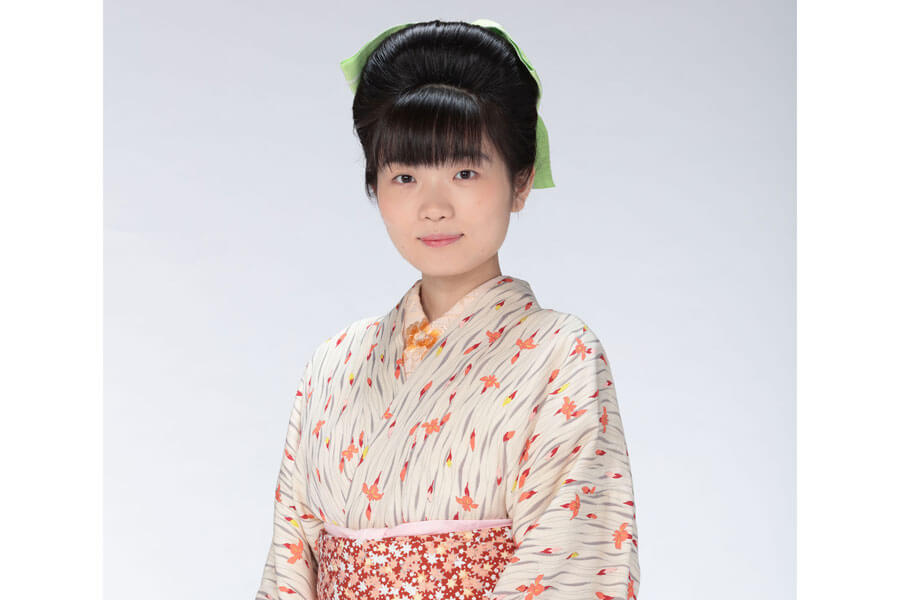 「岡安」の娘・岡田みつえを演じる東野絢香 (C)NHK