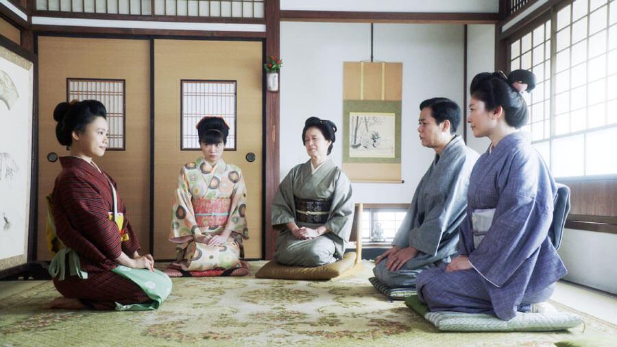 「岡安」の娘・岡田みつえを演じる東野絢香(左から2人目) (C)NHK