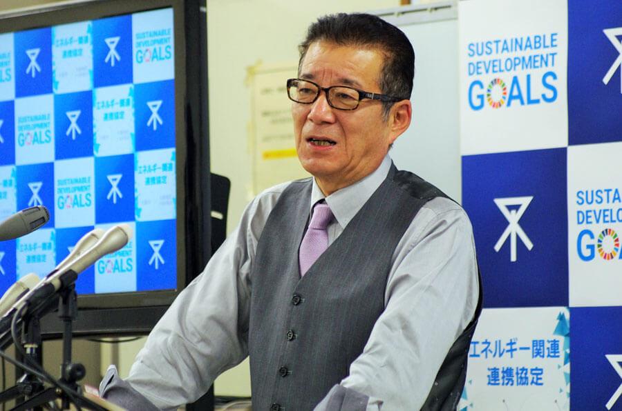 「年末年始にかけて、できるだけお出かけにならないよう過ごしてほしい」と訴えた松井市長(12月10日・大阪市役所)