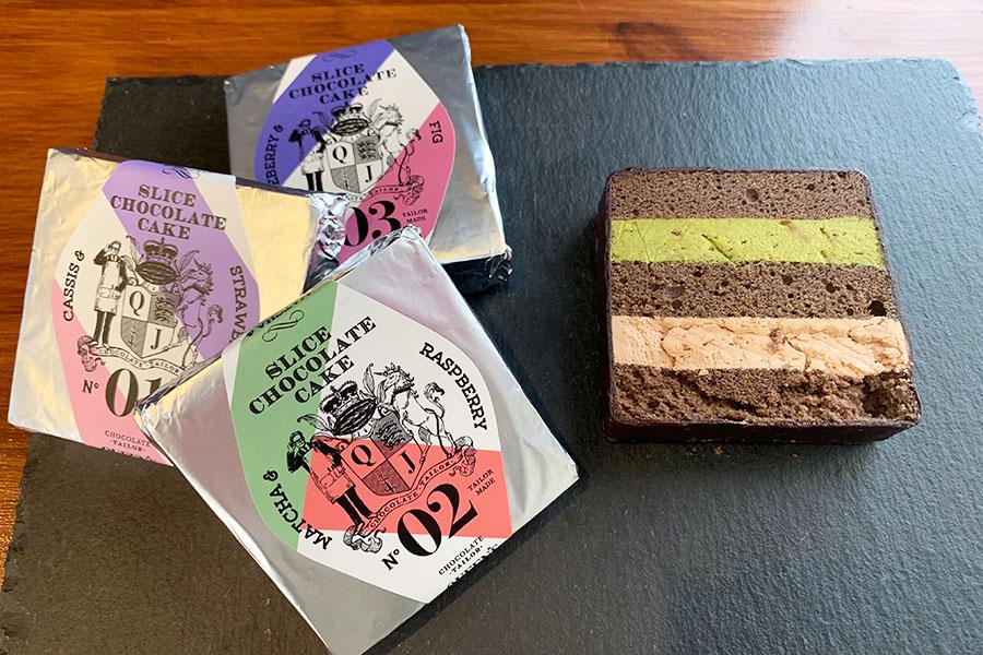 シルバーのパッケージもおしゃれなスライスチョコレートケーキ。写真の「抹茶&ラズベリー」は、上段に伊藤久右衛門の抹茶パウダーと木苺を混ぜ合わせたチーズクリーム、下段はスイートチョコクリームをサンド。480円(税別)