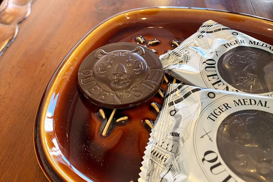 タイガーの顔がレリーフになったメダルのようなクッキーチョコレートクッキー。チョコの裏側は、ザクッとした食感が楽しい全粒粉クッキー。「イギリスと関係の深いインドのスマトラタイガーのイメージです」と遠藤さん。9枚入り1350円(税別)