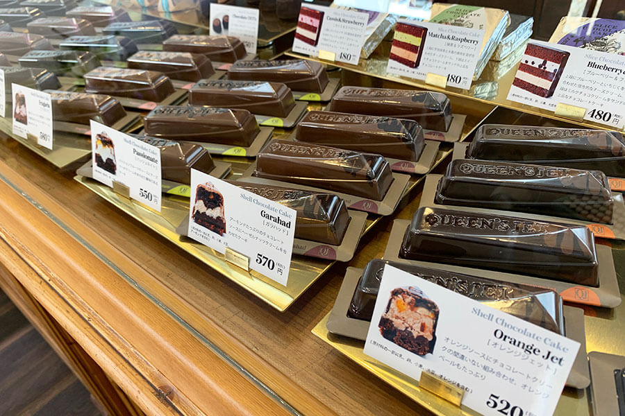 オレンジ、チェリー、マロン、マンゴー、ブラックカラントなどさまざまな種類が並ぶシェルチョコレートケーキ(490円〜・税別)