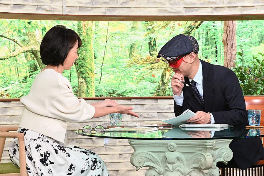 ゲストのゲッターズ飯田(右)と、MCの阿川佐和子(写真提供:MBS)
