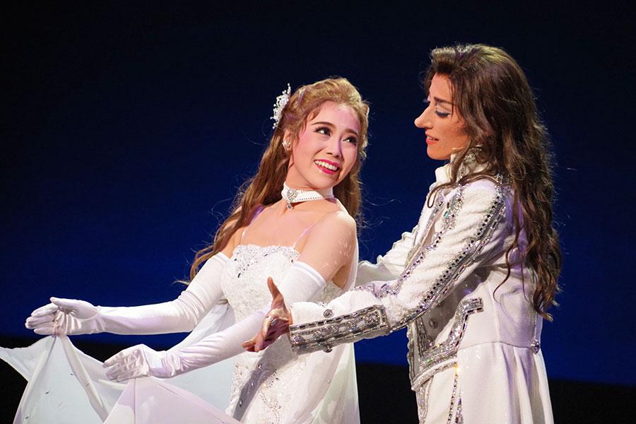 近年の轟悠主演作では貴重なフィナーレのデュエットダンス。轟と小桜が物語性のある踊りを披露