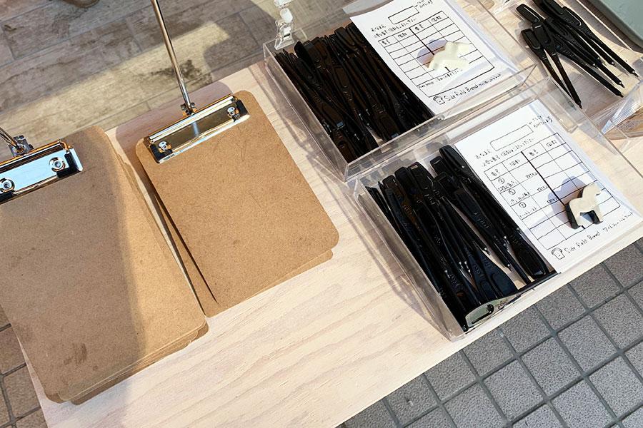 用意されているボード、用紙、鉛筆。この用紙に欲しいパンの番号と数を書いていく