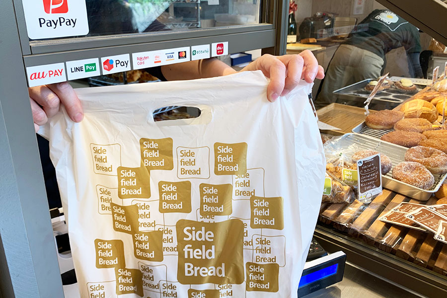 名前を呼ばれたら、レジへ。パンを受け渡してくれる