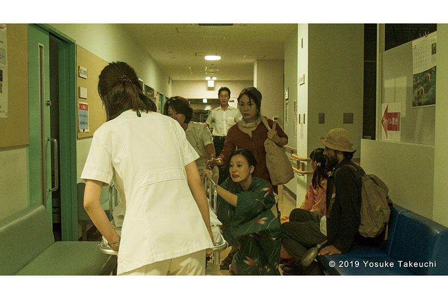 妹の一希の死を知り取り乱す母親役を演じる中島亜梨沙、高梨光雄の弟である父親役を演じる足立智光。(C)2019 Yosuke Takeuchi